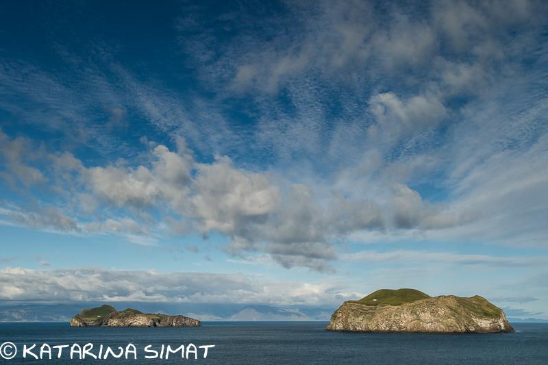 Vestmannaeyjar mit Festland im Hintergrund